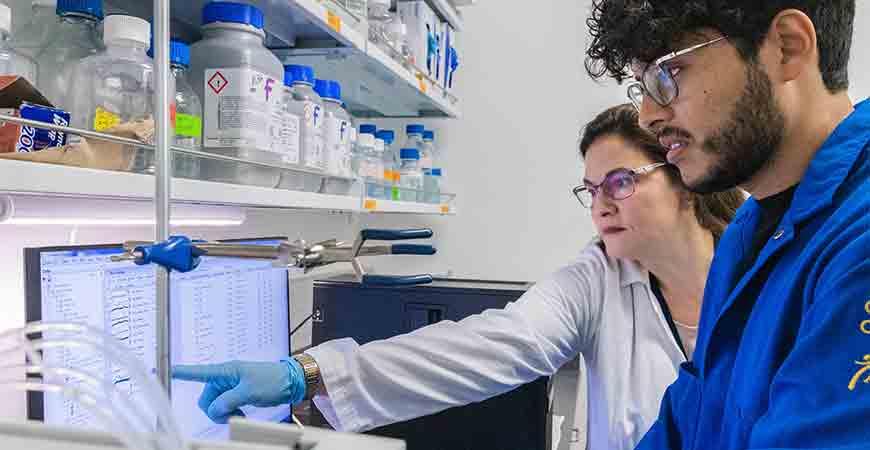 Eva de Alba at work in the laboratory with Ph.D student Pedro Diaz-Parga.